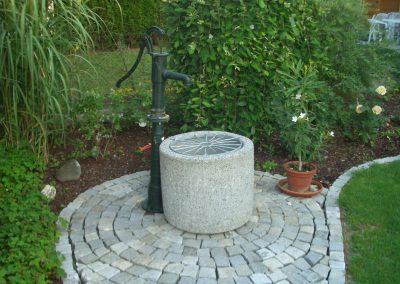 Jowi – Wiesbeck Bauelemente GmbH – Brunnen+Handpumpe+Fuss+Verteilung+Wassertrog